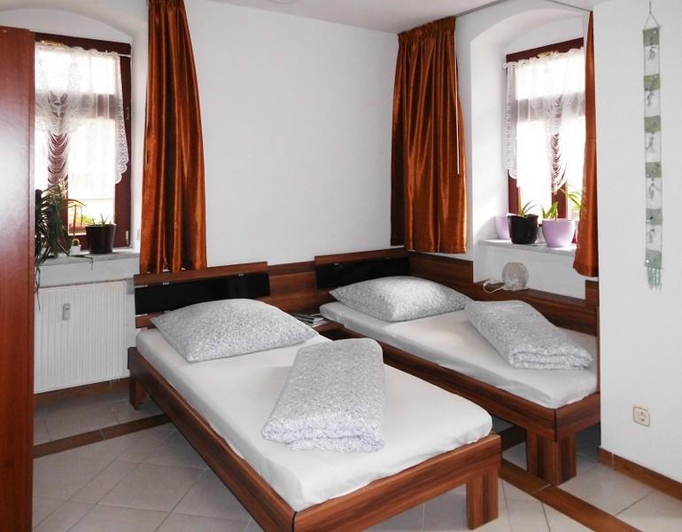 2 bett zimmer bad pension pieschen dresden. Black Bedroom Furniture Sets. Home Design Ideas